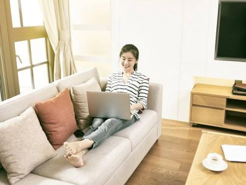Tips Tetap Sehat Saat Menjalani Work from Home (WFH) Jadikan WFH sebagai kesempatan Anda untuk menjalani gaya hidup yang sehat